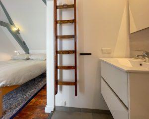 Zicht van de badkamer naar het bed