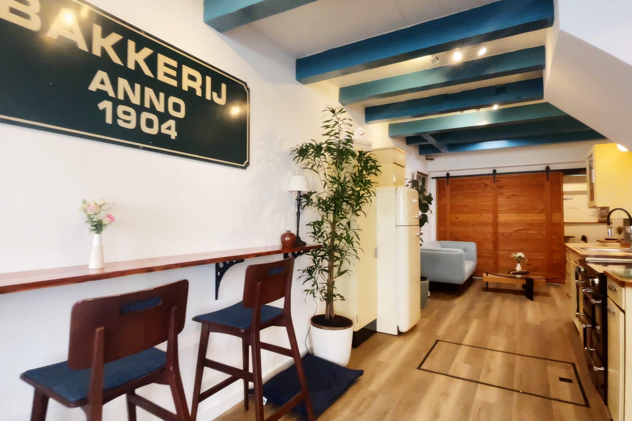 Lounge mit Küche, Tischen und Stühlen für Frühstück und Kaffeepause